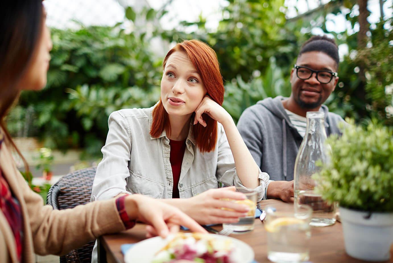 Multikulturell im Cafe im Freien